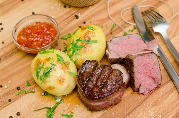 Медальоны из говядины в беконе с соусом  BBQ  и картофелем