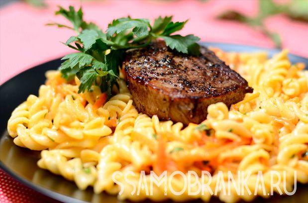 Стейк из мраморной говядины и фузилли в сливочно-сырном соусе