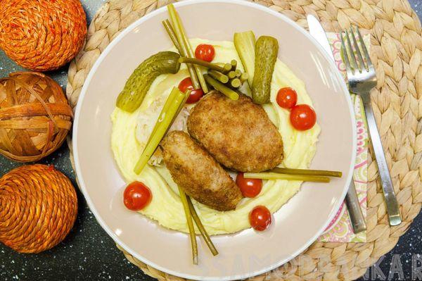 """Котлеты из трех видов мяса с нежным картофельным пюре """"как у бабушки"""" и домашними соленьями"""