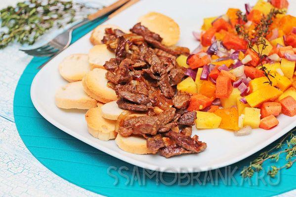 Баранина в медово-соевом соусе с запеченной тыквой и овощами с травами и пшеничный багет