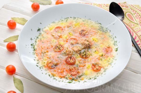 Суп с тунцом на курином бульоне с рисом басмати и запеченными томатами