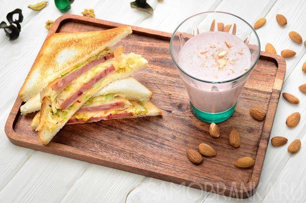 Тосты с обжаренной в кляре ветчиной и овощами в сладком чили с сыром и молочный смузи из малины с миндалем