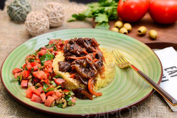 Мраморная говядина с черносливом и сливочный булгур с салатом из томатов и оливок