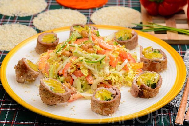 Рулет из мраморной говядины с пастой и творожным сыром и овощной салат с нутом, заправленный ореховым соусом