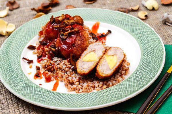 Наггетсы из красного мяса птицы фаршированные сыром и жареные опята с гречей