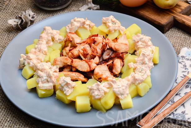 Филе куриных бедрышек с отварным картофелем и соусом из яйца в сметане с зеленью