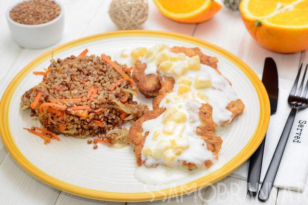 Куриные оладушки, гарнированные гречей с овощами, с йогуртово-апельсиновым соусом