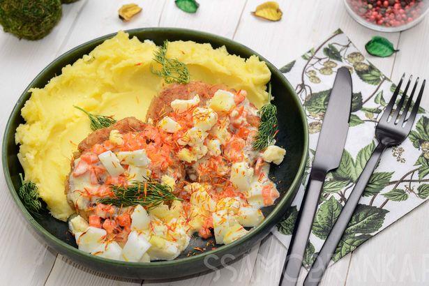 Рыбные котлетки с картофельным пюре и обжаренными в сливках морковью и яйцом