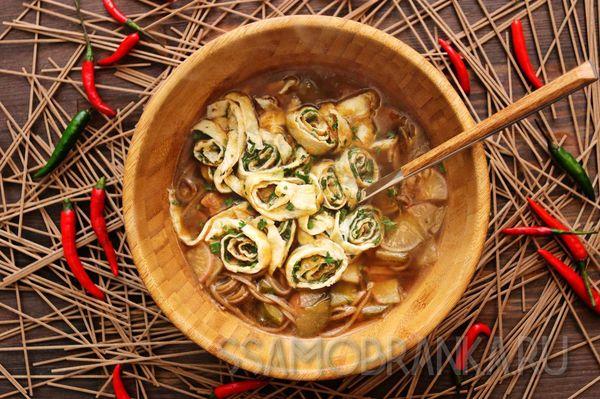 Корейский суп из свинины с гречневой лапшой, обжаренными овощами и яичными рулетиками