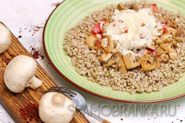 Красное мясо курицы, тушеное в травах с овощами, под сыром Моцарелла с гречей