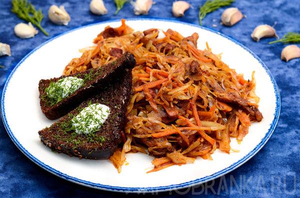 Бигус с красным мясом курочки, охотничьими колбасками и чесночными хлебцами со сметаной