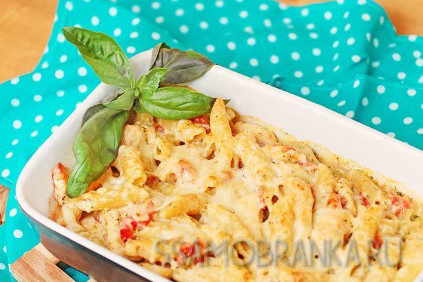 Пенне с курочкой, кедровыми орешками и сыром Пармезан под зеленым соусом