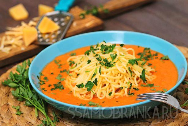 Паста в томатно-луковом соусе с жемчужными креветками
