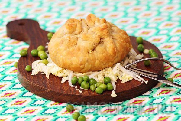 Запеченные мешочки из слоеного теста с начинкой из рубленного мяса с обжаренным картофелем и овощами