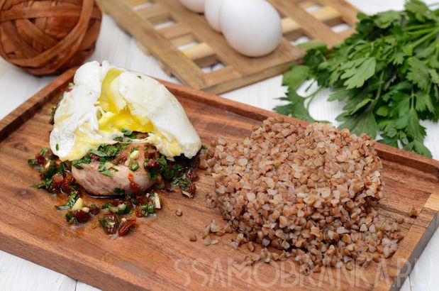 Свиной стейк под итальянской заправкой и сырным яйцом пашот с гречей на гарнир