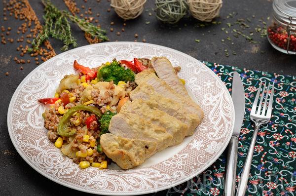 Маринованная индейка, запеченная в фольге, и греча с опятами и миксом овощей