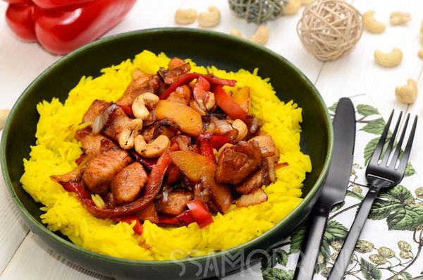 Индейка с персиками, овощами и орешками кешью с желтым рисом басмати
