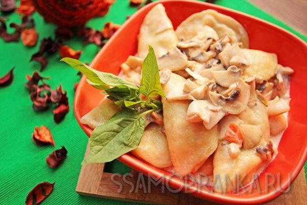 Равиоли с тигровыми креветками, сыром моцарелла и грибным соусом