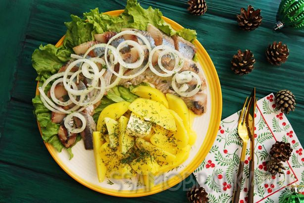 Сельдь малого посола с маринованным луком и отварным картофелем с зеленью