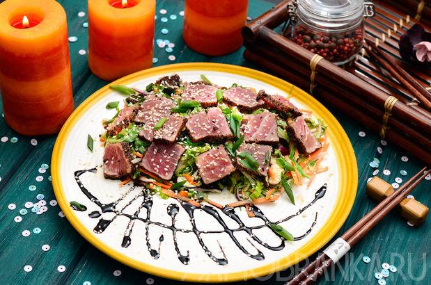 Салат с тунцом, водорослями чука и вакамэ и грибами шиитаке в ореховом соусе