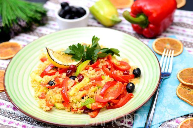 Булгур с овощами, маслинами и вяленой вишней