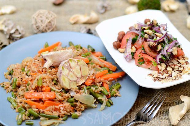 Постный плов из риса девзира и легкий салат из томатов с фундуком