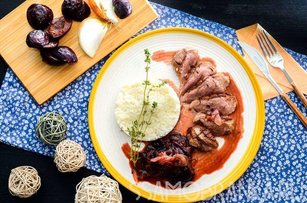 Утиная грудка со сливочным рисом и соусом из слив