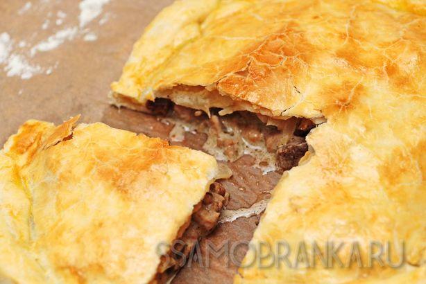 Сочный пирог из трех видов мяса с лесными грибами в сливках