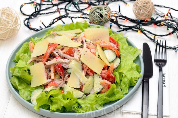 Салат с говяжьим языком и свежими овощами в ореховом соусе с ломтиками пармезана