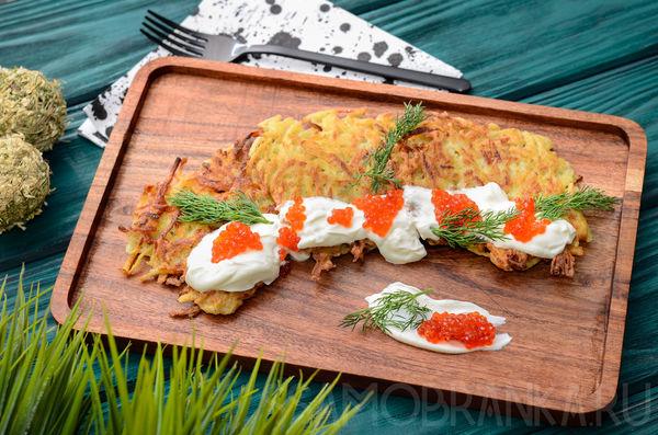 Картофельные драники со сметаной, красной икрой и зеленью