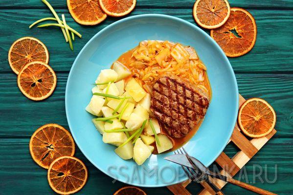 Стейк из мраморной говядины, гарнированный капустой в апельсиновом кимчи и отварным картофелем