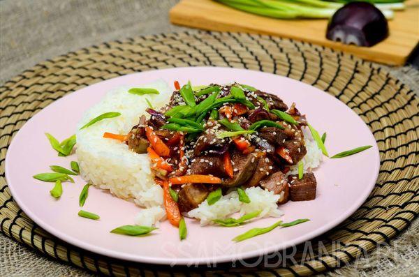 Говяжий язык в соусе терияки и жасминовый рис с белым кунжутом и зеленым луком