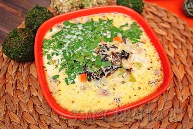 Американский суп с диким рисом, грибами и курицей со сливками