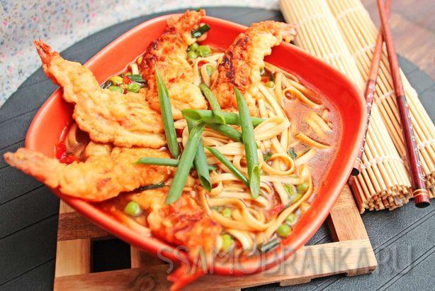 Японский суп с удоном и тигровыми креветками в темпуре