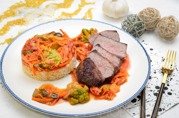 Стейк из говяжьей вырезки с миксом из риса и булгура под томатно-огуречным соусом с брокколи