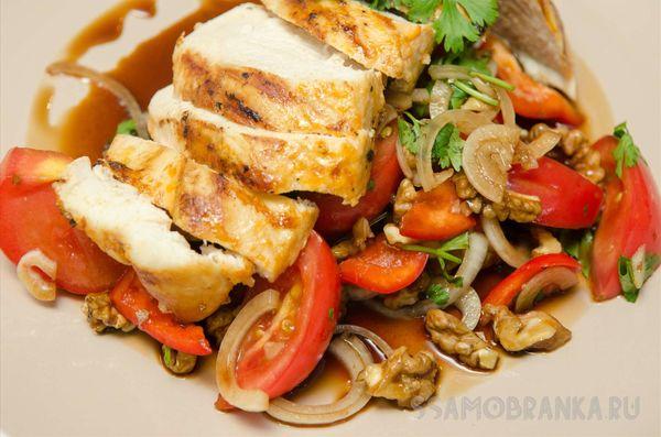 Курочка, запеченная в томатном маринаде, и салат Гавурда с помидорами и грецким орехом
