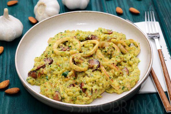 Птитим с кальмарами, мясом мидий и копчеными колбасками в зеленом соусе