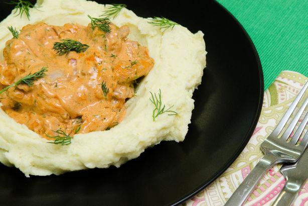 Курица по-строгановски с нежным картофельным пюре и укропом