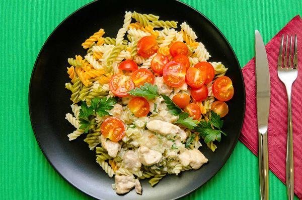 Пикантное куриное фрикасе с овощными фузилли и томатами черри