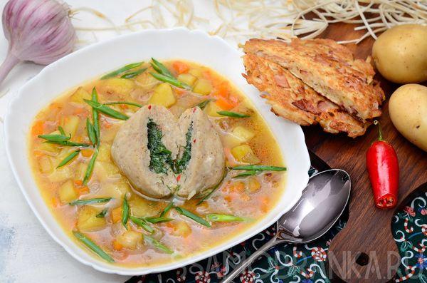 Суп с рыбным шаром с начинкой из сливочного масла и зелени с драником из лаваша и бекона