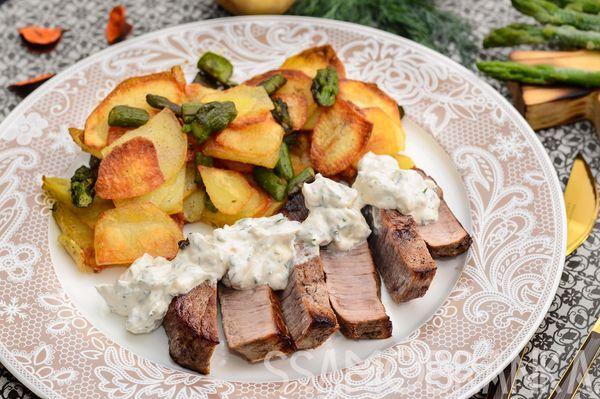 Стейк из мраморной говядины с соусом блю чиз и картофельные слайсы с зеленой спаржей