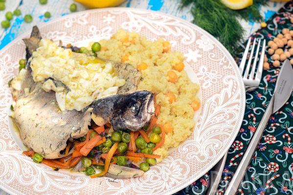 Радужная форель, припущенная с овощами, с миксом из кускуса и нута на гарнир