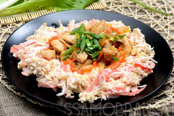 Куриное филе с морковью и луком в соусе терияки и овощной салат с икрой тобика