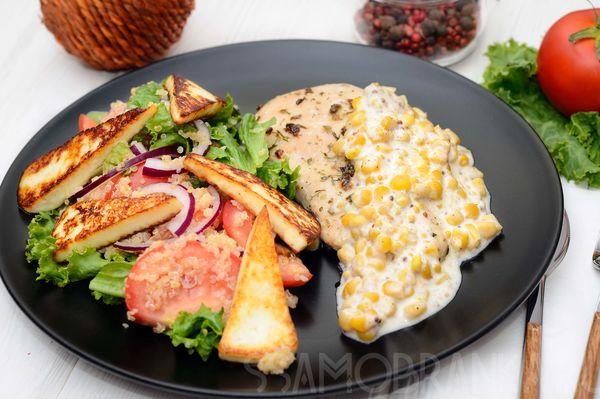 Маринованное в аджике куриное филе с кукурузным соусом и салатом из жареного адыгейского сыра, томатов с красным луком и киноа