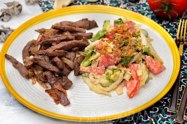 Маринованная мраморная говядина с ароматом дымка с салатом из свежих овощей со сметаной и соусом терияки
