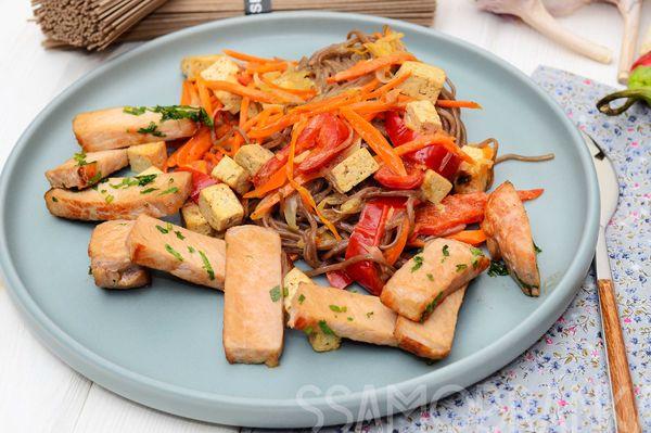 Запеченная свинина в соевом соусе с кинзой и гречневая лапша с овощами, тофу, яблоком и корицей