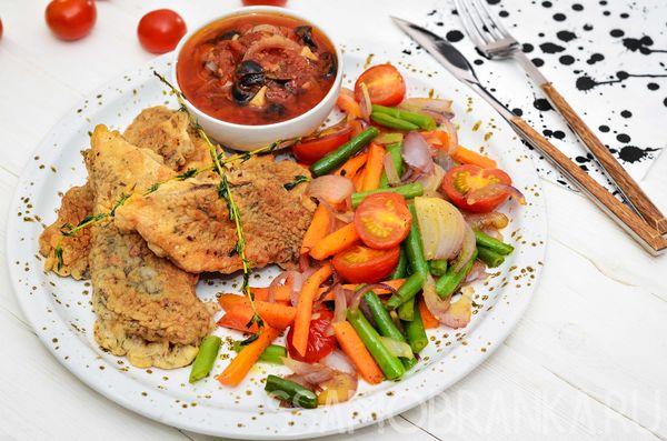 Филе сибаса в кляре с жареными овощами и соусом из маслин и томатов в собственном соку