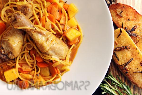 Ароматный суп с куриными ножками и спагетти с хрустящим чесночным багетом