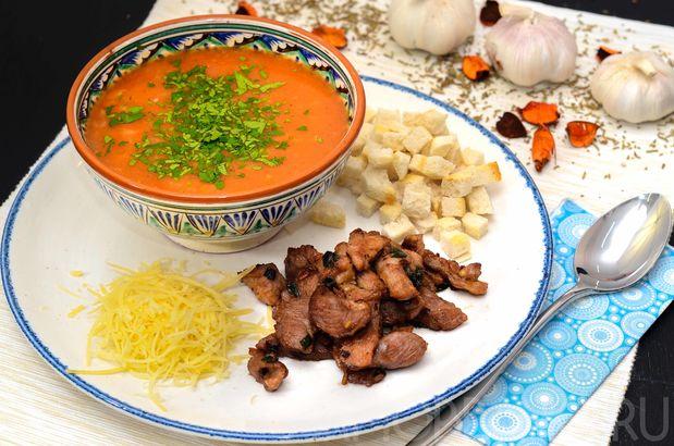 Томатный суп с маринованной индейкой и гренками