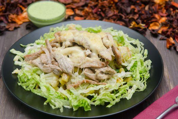 Свинина под сырной шапкой с картофелем, овощами и фирменным соусом